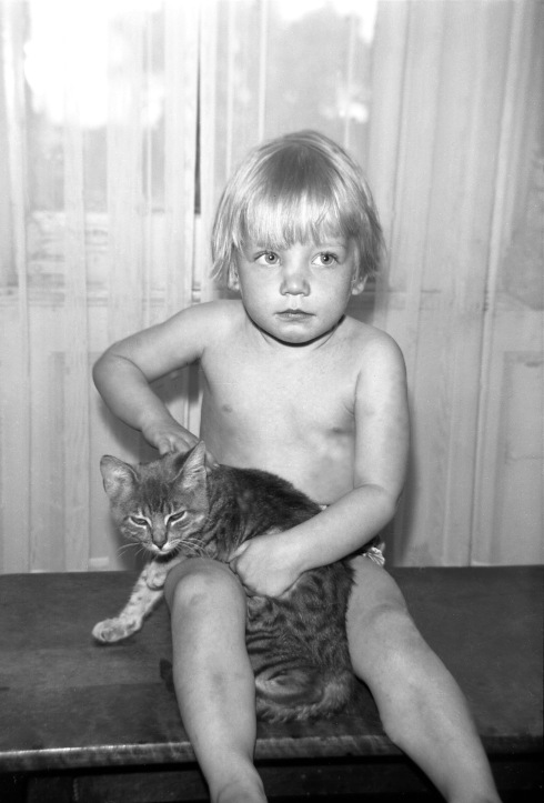 Norma Forss -  Blond boy with cat001